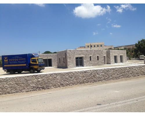 Pvc Κουφωματα Ενεργειακα , Πορτες παραθυρα σε πετρινα νησιωτικα συγκροτηματα κτιριων στην Μηλο