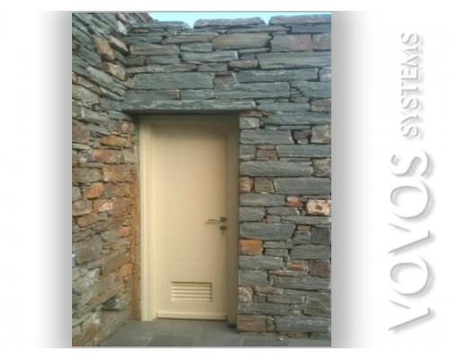 Ξυλινες Πορτες, Πορτα Εισοδου Βοηθητικη με Εξαερισμο σε πετρινη εξοχικη κατοικια στον Κουνδουρο Τζια